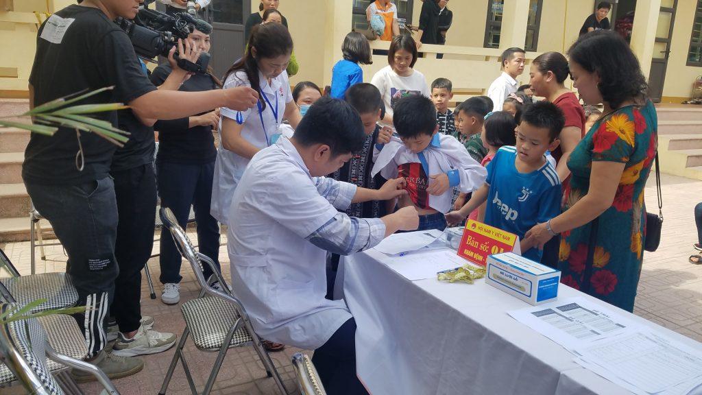 Chuyến xe yêu thương mang sức khỏe đến cho trẻ em Trường PTDT bán trú xã Tân Mai, Hòa Bình